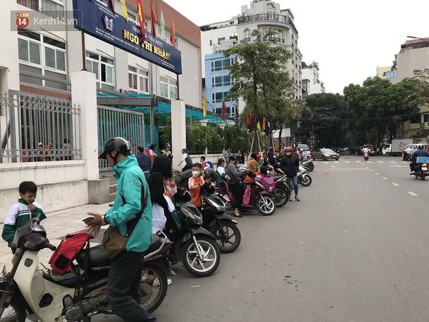 Không còn cảnh chen lấn xô đẩy, phụ huynh ở Hà Nội xếp hàng đón con một cách ngăn nắp đáng kinh ngạc - Ảnh 10.