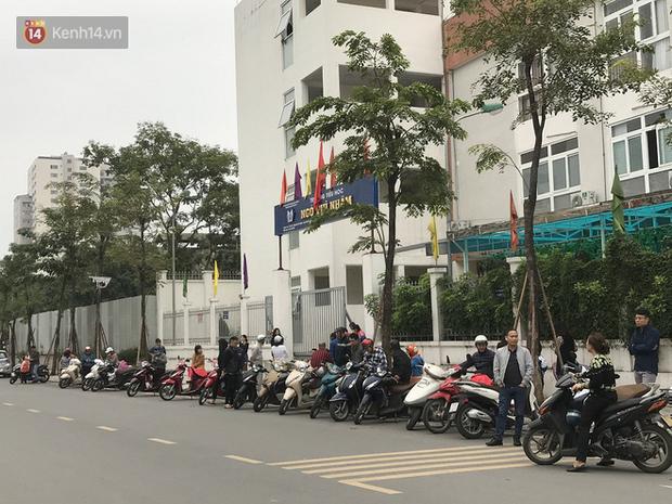 Không còn cảnh chen lấn xô đẩy, phụ huynh ở Hà Nội xếp hàng đón con một cách ngăn nắp đáng kinh ngạc - Ảnh 15.