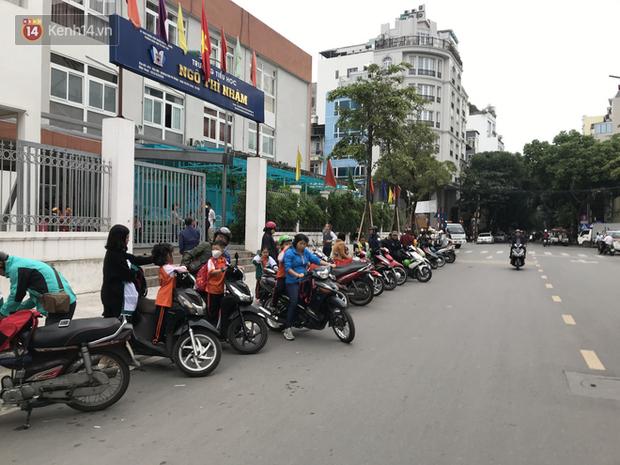 Không còn cảnh chen lấn xô đẩy, phụ huynh ở Hà Nội xếp hàng đón con một cách ngăn nắp đáng kinh ngạc - Ảnh 4.