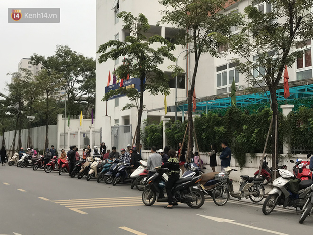 Không còn cảnh chen lấn xô đẩy, phụ huynh ở Hà Nội xếp hàng đón con một cách ngăn nắp đáng kinh ngạc - Ảnh 5.