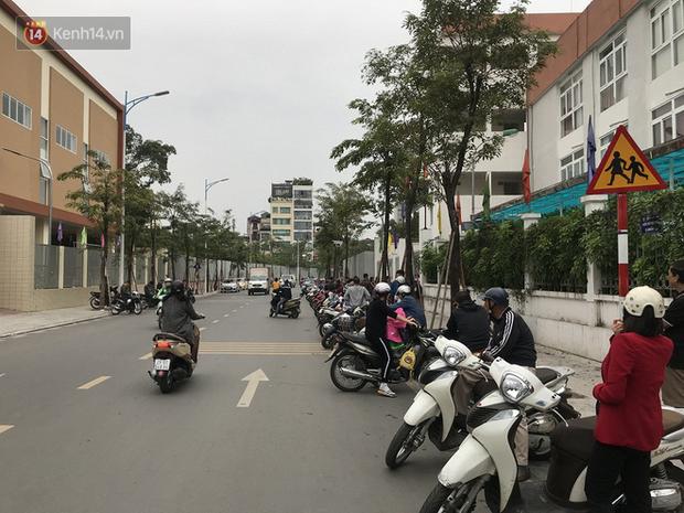 Không còn cảnh chen lấn xô đẩy, phụ huynh ở Hà Nội xếp hàng đón con một cách ngăn nắp đáng kinh ngạc - Ảnh 8.