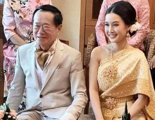 Sau mấy chục năm độc thân chú rể đại gia mới thoát ế nhờ cưới được vợ trẻ hơn 50 tuổi, nhan sắc cô dâu gây chú ý - Ảnh 1.