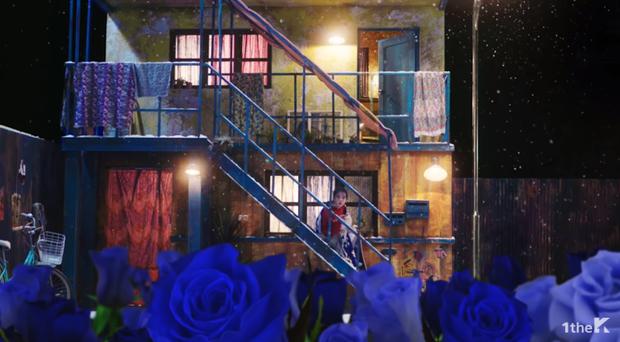 Hú hồn thuyết âm mưu MV mới của chị Nguyệt IU: Tình nghìn năm Hotel Del Luna sao đọ nổi trai đẹp ngủ trên giường? - Ảnh 15.