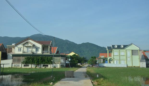 Đằng sau những căn nhà bạc tỷ ở làng xuất khẩu lao động Hà Tĩnh: Nước mắt, trốn chạy, và những phận người nằm lại nơi xứ xa - Ảnh 1.