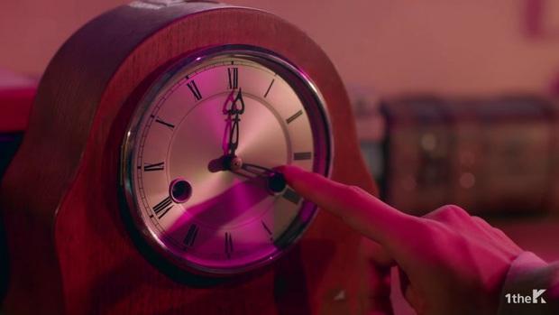 Sốc: chuyện tình xuyên thời gian trong MV IU đã được viết kịch bản từ 7 năm trước, loạt tình tiết ẩn hé lộ sẽ còn phần kết vào ngày 31/12? - Ảnh 20.