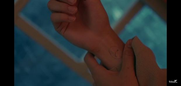 Sốc: chuyện tình xuyên thời gian trong MV IU đã được viết kịch bản từ 7 năm trước, loạt tình tiết ẩn hé lộ sẽ còn phần kết vào ngày 31/12? - Ảnh 19.