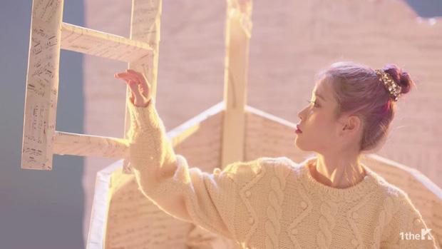 Sốc: chuyện tình xuyên thời gian trong MV IU đã được viết kịch bản từ 7 năm trước, loạt tình tiết ẩn hé lộ sẽ còn phần kết vào ngày 31/12? - Ảnh 8.