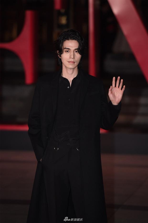 Thần chết Lee Dong Wook để tóc dài và diện quần áo Mickey, dân tình dụi mắt 7 lần mới nhận ra người quen - Ảnh 4.
