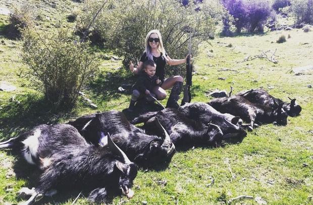 Cộng đồng mạng phẫn nộ vì màn khoe 'chiến tích' của nữ thợ săn sát hại hơn 10 con vật mỗi tháng - Ảnh 2.