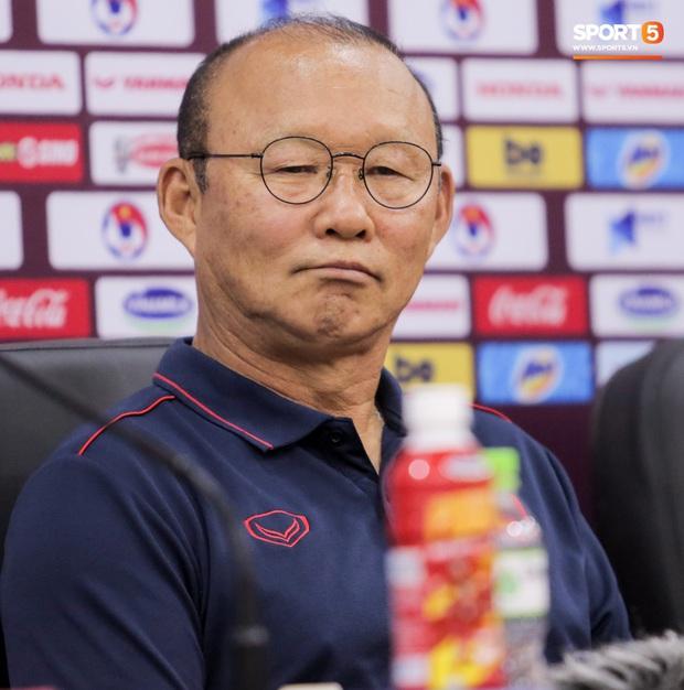 Nhận câu hỏi về Công Phượng, HLV Park Hang-seo trả lời đúng 1 từ bằng tiếng Anh làm thay đổi không khí cả phòng họp - Ảnh 9.