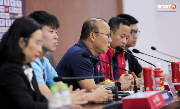 Nhận câu hỏi về Công Phượng, HLV Park Hang-seo trả lời đúng 1 từ bằng tiếng Anh làm thay đổi không khí cả phòng họp - Ảnh 5.
