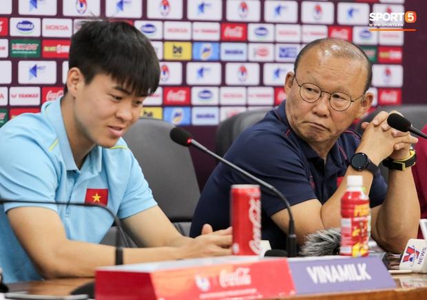 Nhận câu hỏi về Công Phượng, HLV Park Hang-seo trả lời đúng 1 từ bằng tiếng Anh làm thay đổi không khí cả phòng họp - Ảnh 7.