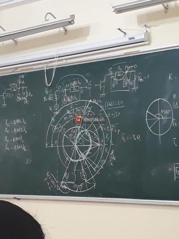 Đi vệ sinh 5 phút quay vào thấy bảng kín chữ và đầy hình vẽ khó hiểu, sinh viên than trời vì học lại 4 lần vẫn không hiểu gì - Ảnh 1.