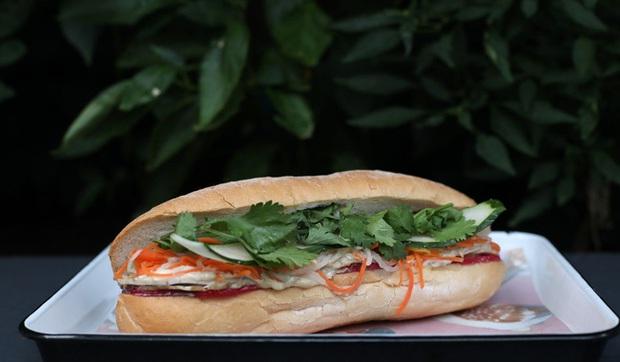 """Câu chuyện về bánh mì nhân thịt truyền thống: Từ món ăn chỉ vài chục ngàn bán đầy đường đến """"siêu sandwich Việt Nam chinh phục thế giới - Ảnh 4."""