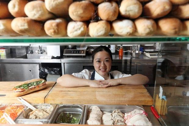 """Câu chuyện về bánh mì nhân thịt truyền thống: Từ món ăn chỉ vài chục ngàn bán đầy đường đến """"siêu sandwich Việt Nam chinh phục thế giới - Ảnh 5."""