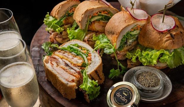 """Câu chuyện về bánh mì nhân thịt truyền thống: Từ món ăn chỉ vài chục ngàn bán đầy đường đến """"siêu sandwich Việt Nam chinh phục thế giới - Ảnh 7."""