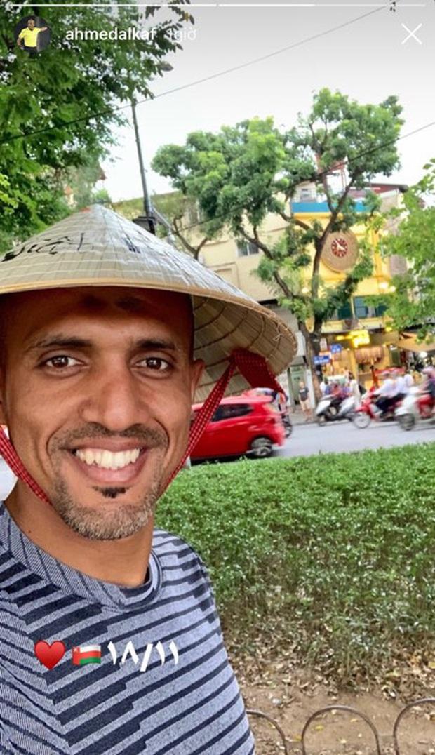 """Vừa đến Hà Nội, trọng tài tài bắt trận Việt Nam - Thái Lan đã check-in hồ Gươm tươi rói, cư dân mạng: """"Mai mong chú cũng vui thế này!"""" - Ảnh 3."""