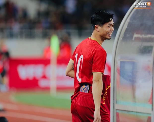 Quế Ngọc Hải đeo băng đội trưởng có thêu hình đặc biệt, HLV Park Hang-seo xin vắng lúc hát Quốc ca Việt Nam ở trận gặp Thái Lan - Ảnh 7.