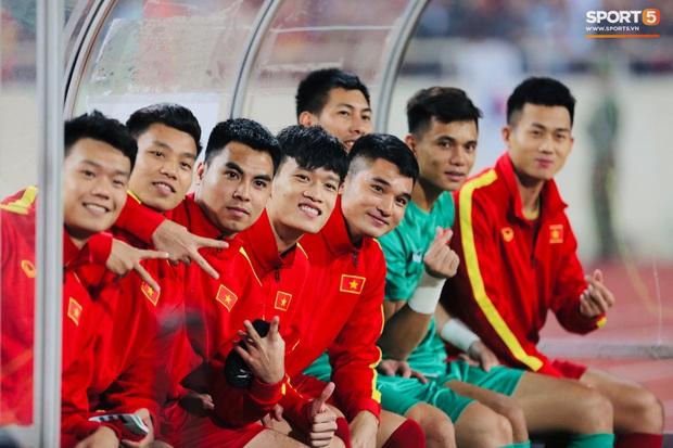 Quế Ngọc Hải đeo băng đội trưởng có thêu hình đặc biệt, HLV Park Hang-seo xin vắng lúc hát Quốc ca Việt Nam ở trận gặp Thái Lan - Ảnh 6.