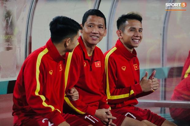 Quế Ngọc Hải đeo băng đội trưởng có thêu hình đặc biệt, HLV Park Hang-seo xin vắng lúc hát Quốc ca Việt Nam ở trận gặp Thái Lan - Ảnh 5.