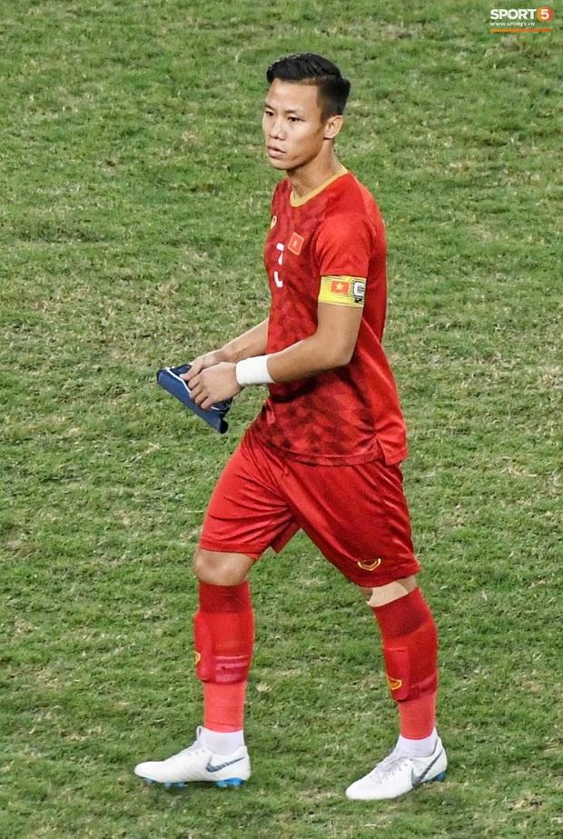 Quế Ngọc Hải đeo băng đội trưởng có thêu hình đặc biệt, HLV Park Hang-seo xin vắng lúc hát Quốc ca Việt Nam ở trận gặp Thái Lan - Ảnh 1.