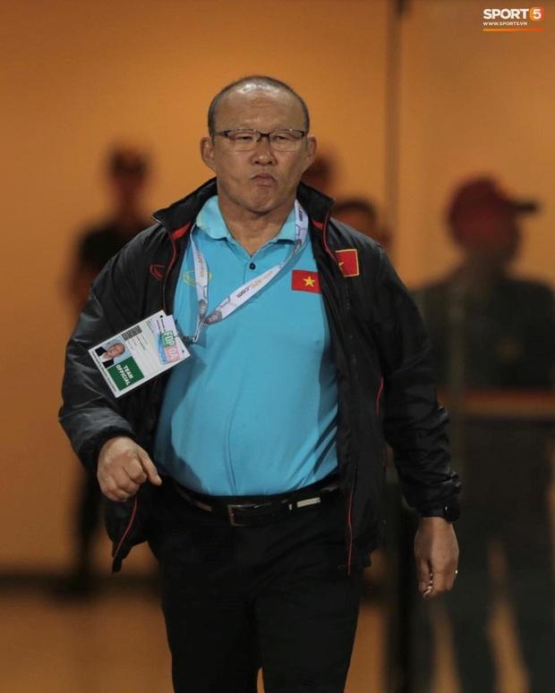 Quế Ngọc Hải đeo băng đội trưởng có thêu hình đặc biệt, HLV Park Hang-seo xin vắng lúc hát Quốc ca Việt Nam ở trận gặp Thái Lan - Ảnh 3.