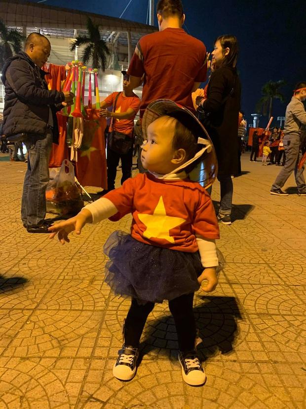Lần đầu tiên ra sân cổ vũ tuyển Việt Nam, con gái Quế Ngọc Hải chiếm luôn spotlight giữa hơn 40k khán giả ở chảo lửa Mỹ Đình - Ảnh 2.