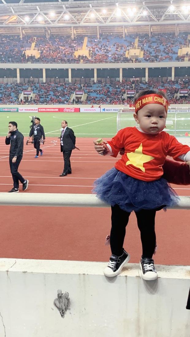 Lần đầu tiên ra sân cổ vũ tuyển Việt Nam, con gái Quế Ngọc Hải chiếm luôn spotlight giữa hơn 40k khán giả ở chảo lửa Mỹ Đình - Ảnh 1.