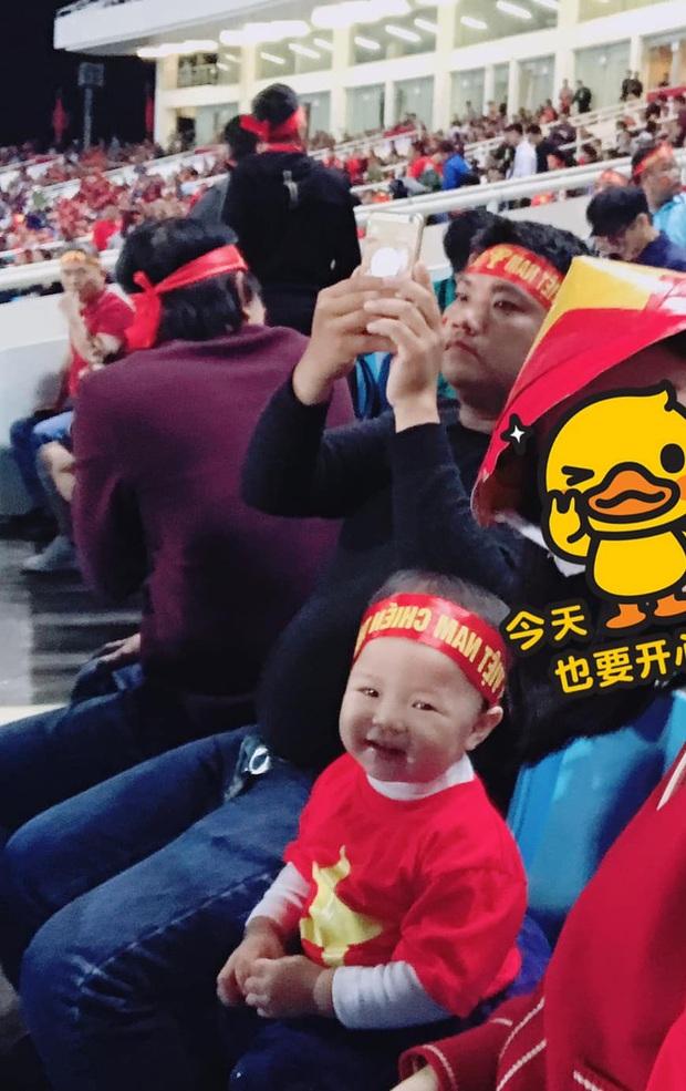 Lần đầu tiên ra sân cổ vũ tuyển Việt Nam, con gái Quế Ngọc Hải chiếm luôn spotlight giữa hơn 40k khán giả ở chảo lửa Mỹ Đình - Ảnh 3.