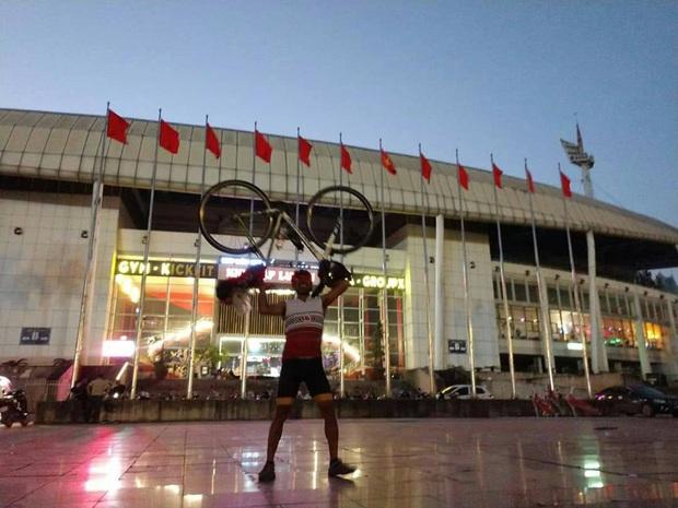 Fan Thái Lan chơi lớn, đạp xe hơn 1400 cây số đến Mỹ Đình cổ vũ đội tuyển - Ảnh 2.