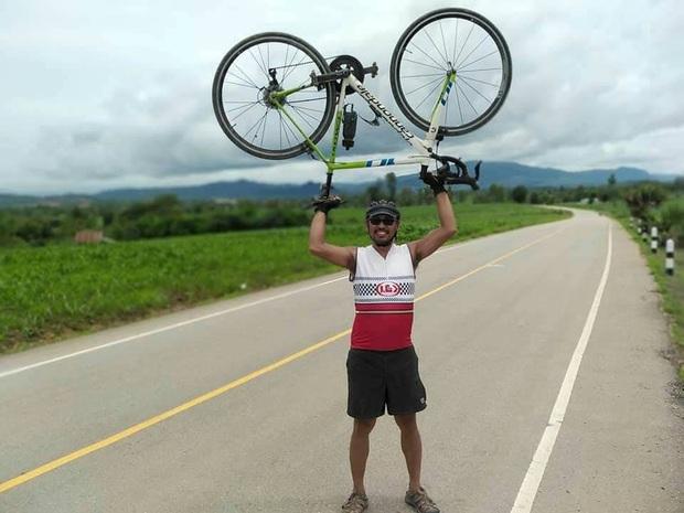 Fan Thái Lan chơi lớn, đạp xe hơn 1400 cây số đến Mỹ Đình cổ vũ đội tuyển - Ảnh 1.