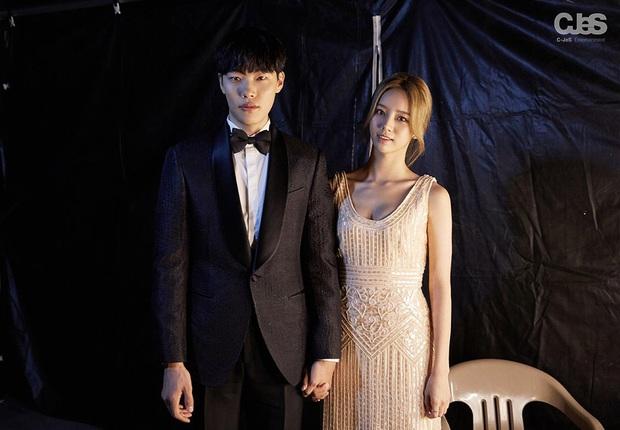 Cặp Reply 1988 Hyeri và Ryu Jun Yeol đúng là couple bền vững: 3 năm vẫn ngọt ngào mặc các đôi khác thi nhau chia tay - Ảnh 2.