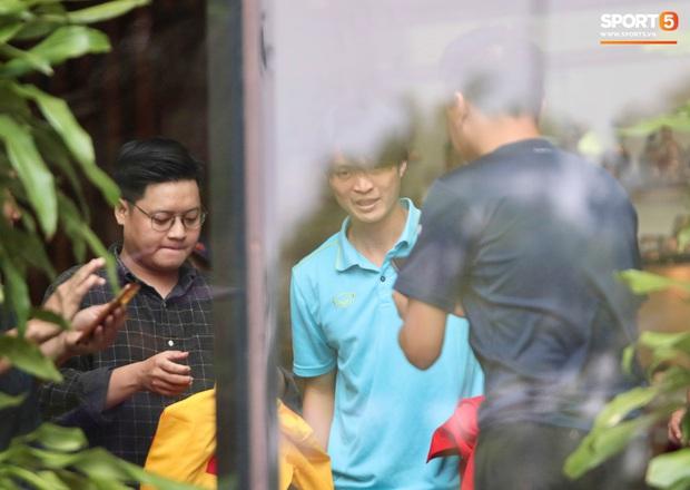 Tuyển thủ Việt Nam thảnh thơi trước trận đại chiến với Thái Lan: Người đi cafe thư giãn, người tranh thủ đi mua sắm - Ảnh 6.