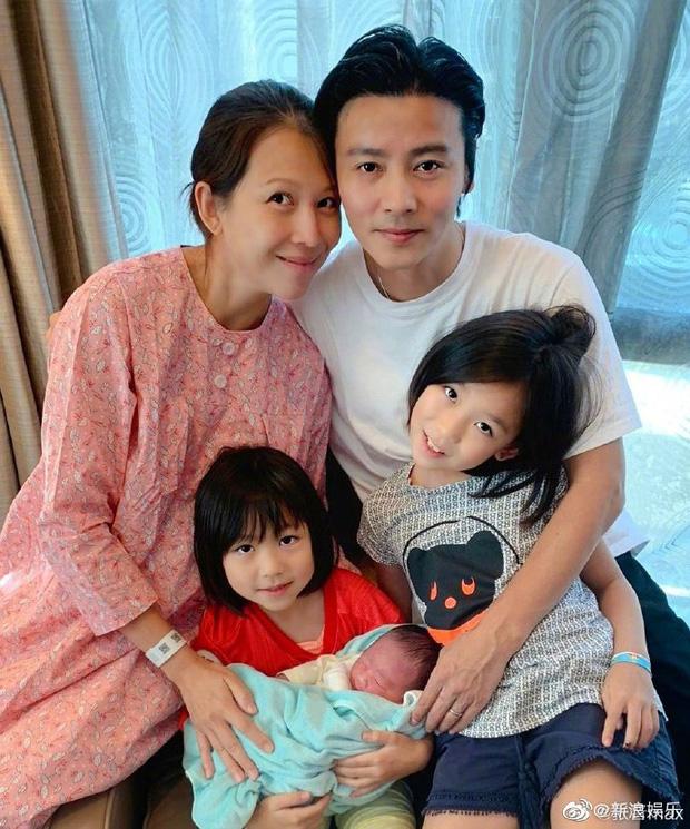 Hoàng hậu Thái Thiếu Phân vỡ oà hạnh phúc khi sinh con thứ 3 ở tuổi 46, gương mặt bé hội tụ nét đẹp cả bố lẫn mẹ - Ảnh 2.
