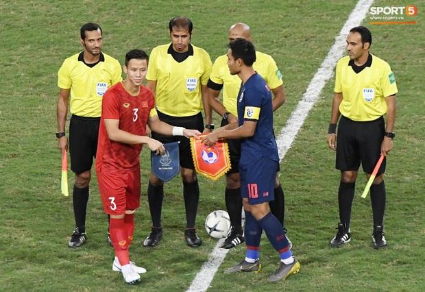 Quế Ngọc Hải đeo băng đội trưởng có thêu hình đặc biệt, HLV Park Hang-seo xin vắng lúc hát Quốc ca Việt Nam ở trận gặp Thái Lan - Ảnh 2.