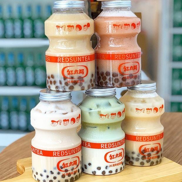 Tín đồ trà sữa phát cuồng với phiên bản đặc biệt hình lọ sữa chua uống siêu to khổng lồ có dung tích lên đến 700ml tại Đài Nam - Ảnh 4.