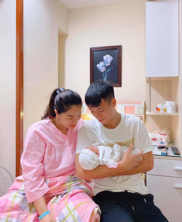 Vợ chồng Bùi Tiến Dũng chính thức công khai diện mạo con gái nhỏ cực dễ thương, tiết lộ luôn tên thật của bé - Ảnh 4.