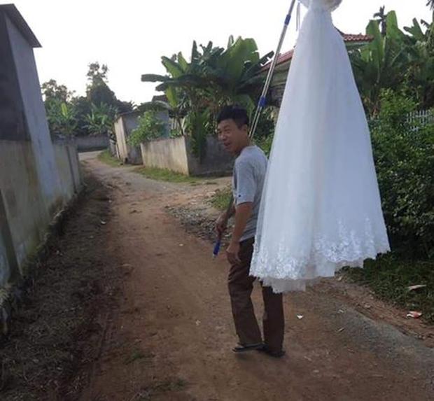 Xôn xao hình ảnh ông bố cười phớ lớ, xách váy cưới đi khoe cả làng vì cuối cùng con gái cũng thoát ế: May quá, đẩy được quả bom nổ chậm khỏi nhà rồi - Ảnh 3.