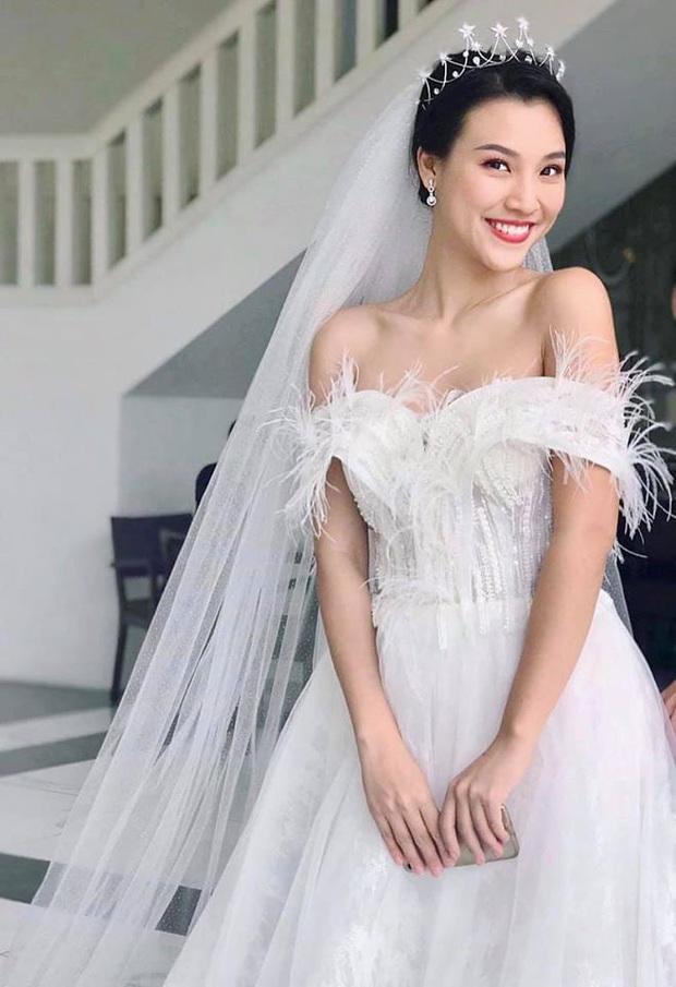 Việt Nam giữ vững ngôi đầu bảng, Hoàng Oanh khoe luôn khoảnh khắc diện váy cưới lộng lẫy: Pha ăn mừng oách nhất Vbiz đây! - Ảnh 1.