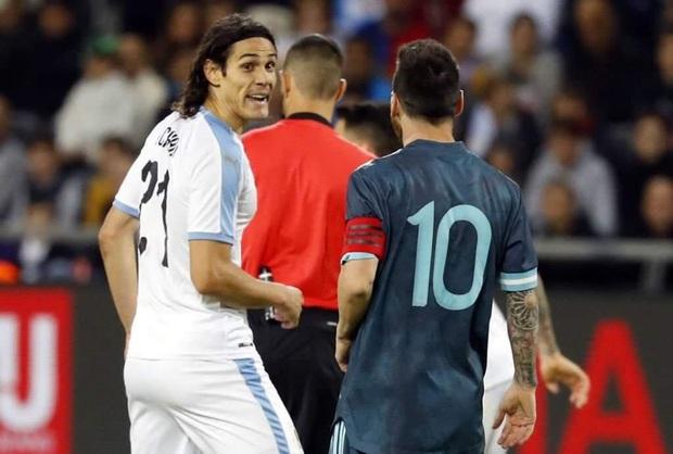 Đối thủ gạ đấm nhau, Messi đáp trả: Bất cứ khi nào mày muốn - Ảnh 1.