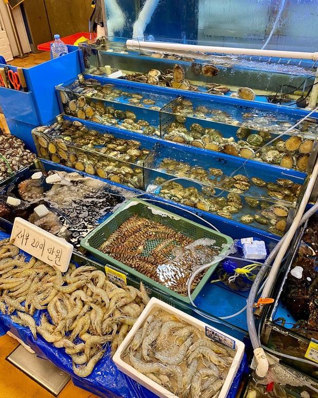 Đến chợ hải sản lớn nhất Seoul ăn cua hoàng đế mà mải mặc cả quá, mãi sau Kỳ Duyên mới phát hiện ra chú cua đã bị rụng mất một chân - Ảnh 2.