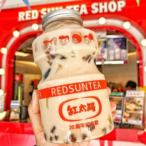 Tín đồ trà sữa phát cuồng với phiên bản đặc biệt hình lọ sữa chua uống siêu to khổng lồ có dung tích lên đến 700ml tại Đài Nam - Ảnh 2.