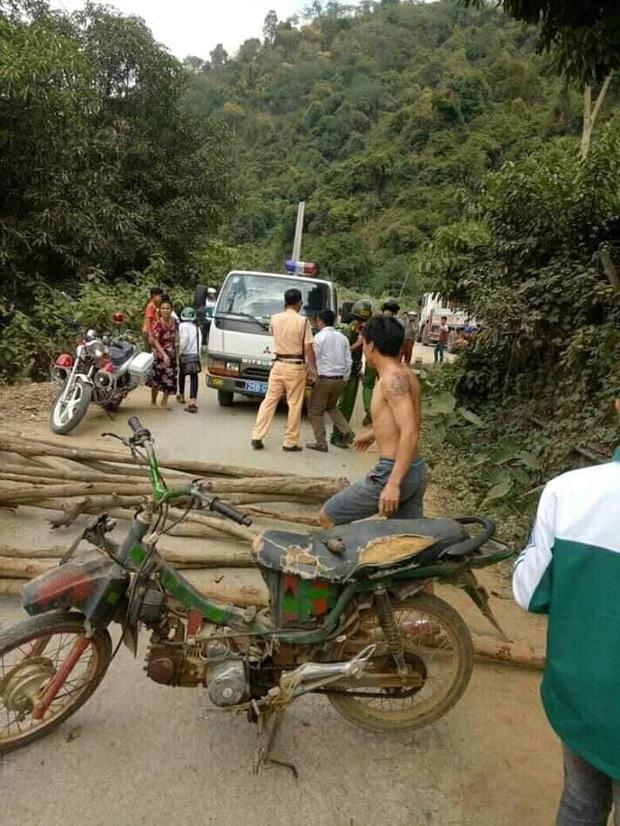 Sơn La: Một số đối tượng quá khích dùng cây gỗ và xe máy chặn đường cảnh sát giao thông - Ảnh 1.