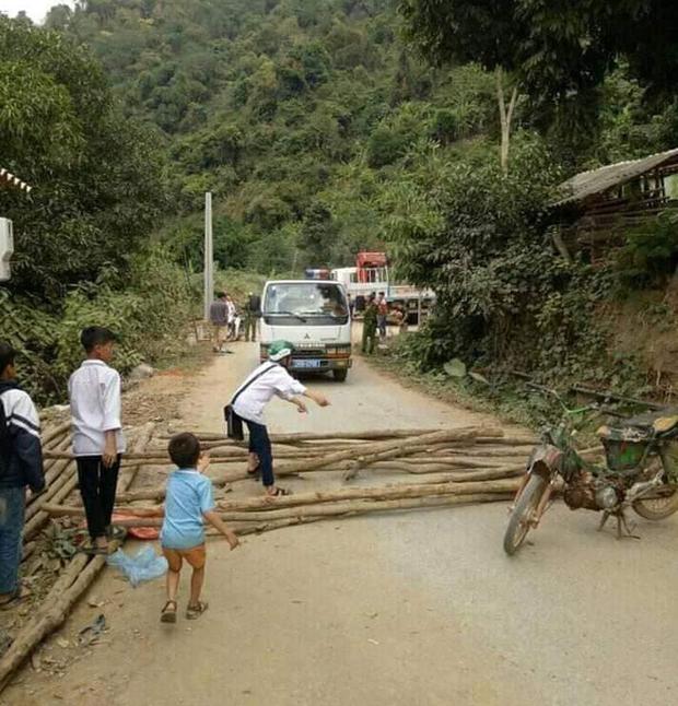 Sơn La: Một số đối tượng quá khích dùng cây gỗ và xe máy chặn đường cảnh sát giao thông - Ảnh 2.