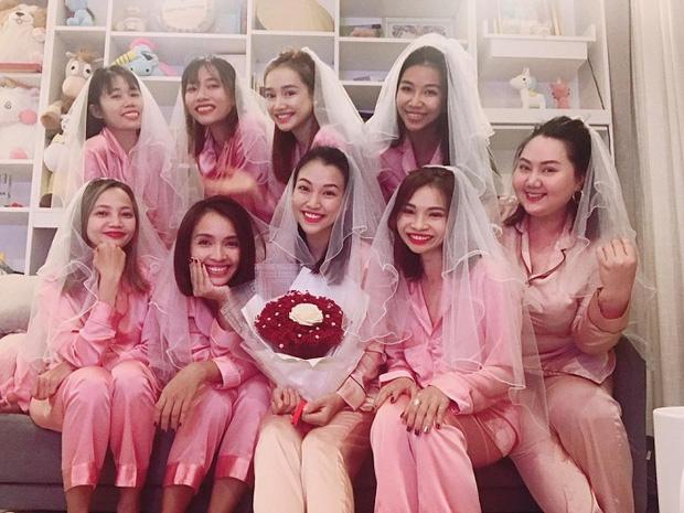 Việt Nam giữ vững ngôi đầu bảng, Hoàng Oanh khoe luôn khoảnh khắc diện váy cưới lộng lẫy: Pha ăn mừng oách nhất Vbiz đây! - Ảnh 3.