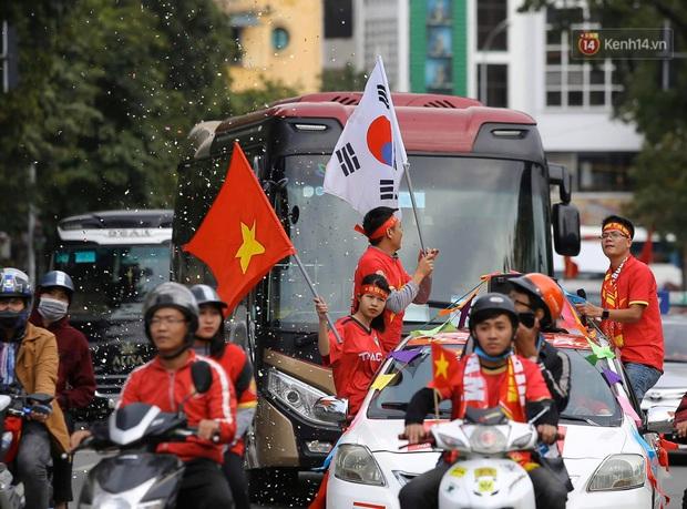 Ảnh: Cổ động viên Việt Nam nhuộm đỏ phố phường Hà Nội trước trận đấu với đội tuyển Thái Lan - Ảnh 6.