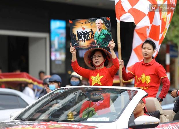Ảnh: Cổ động viên Việt Nam nhuộm đỏ phố phường Hà Nội trước trận đấu với đội tuyển Thái Lan - Ảnh 2.