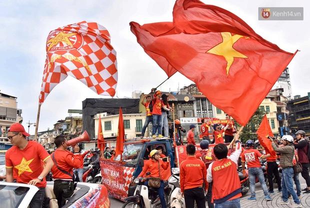 Ảnh: Cổ động viên Việt Nam nhuộm đỏ phố phường Hà Nội trước trận đấu với đội tuyển Thái Lan - Ảnh 3.