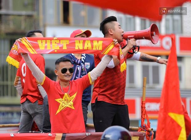 Ảnh: Cổ động viên Việt Nam nhuộm đỏ phố phường Hà Nội trước trận đấu với đội tuyển Thái Lan - Ảnh 1.