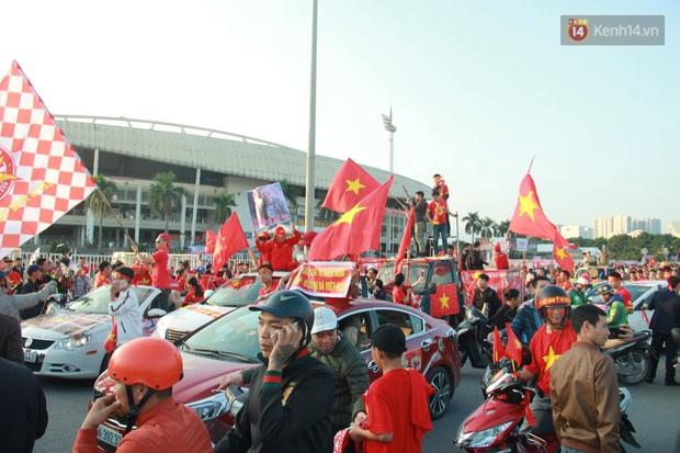 Ảnh: Cổ động viên Việt Nam nhuộm đỏ phố phường Hà Nội trước trận đấu với đội tuyển Thái Lan - Ảnh 9.
